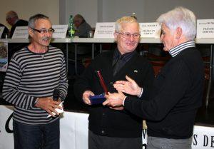 Jean-Pierre Mathon entouré par Jean-Paul Mazoyer, président de Valvignères et Yves Authouard, président du secteur de Le Teil