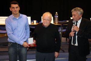 Florian Giraud remet à Marcel Gineste la médaille de la ville en présence du maire, Jacques Dubay