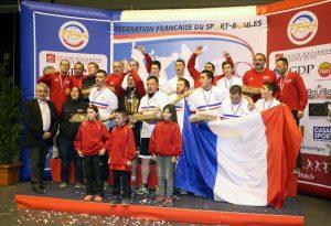 Sur le podium, les Annonéens entonnent « Les Ardéchois »