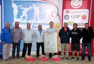 Les vainqueurs avec les présidents des Amicales boules organisatrices et Christian Marres, le grand patron de l'événement