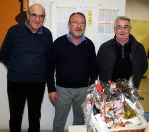 En présence de Gilles Ozil, Alain Chanéac a remis le cadeau à Marc Valayer qui reste en activité au poste de vice-président